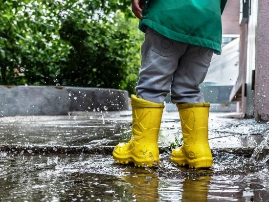21.wellie splashing yellow